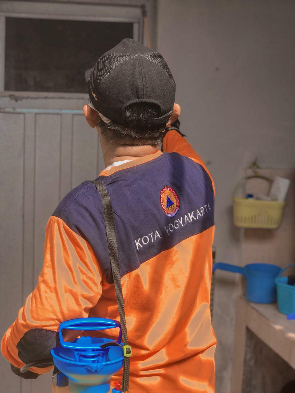Kerja Bersih-bersih dan Penyemprotan Desinfektan Antisipasi COVID 19 Kel. Baciro, Rabu, 25-03-2020